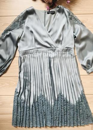 Вечернее праздничное платье серо-голубого цвета с кружевом плиссе с длинный объёмный рукав