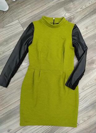 Горчичное платье с кожаными рукавами
