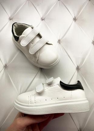 Детские белые кроссовки на ребенка двух липучках с чёрным задником на белой подошве