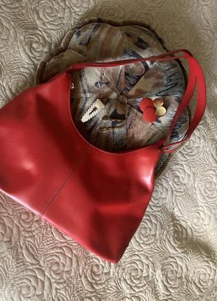 Сочная красная кожаная сумка почти новая