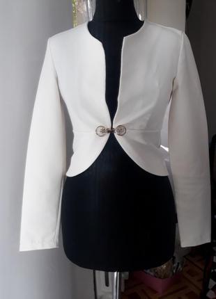 Укороченный белый пиджак
