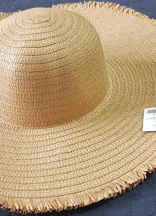 Широкополая шляпка с рваными краями