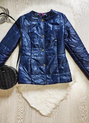 Темная синяя короткая деми куртка на кнопках без воротника с карманами короткая ветровка