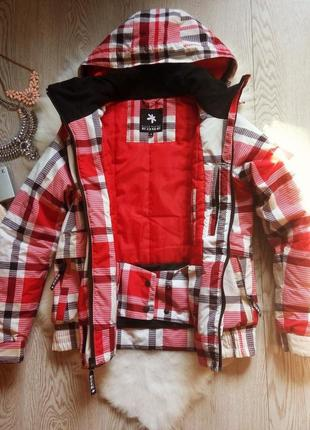 Зимняя красная с белым и черным куртка для суровой зимы короткая с карманами лыжная