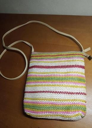 Маленькая сумочка из рафии очень яркая