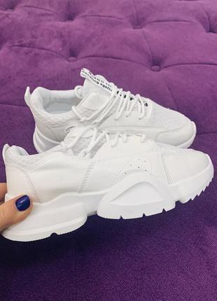 Стильные белые кроссовки с интересной подошвой в наличии