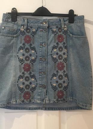 Джинсовая мини- юбка на пуговицах с вышивкой