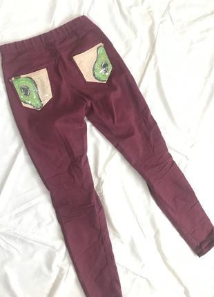 Бордовые штаны bershka с нарисованным рисунком
