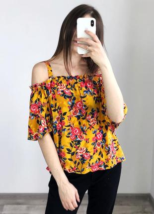 Вискозная горчичная блуза в цветы с открытыми плечами