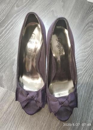 Открытые туфли на высоком каблуке