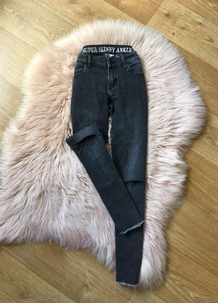 Графитовые джинсы скини с разрезами на коленях