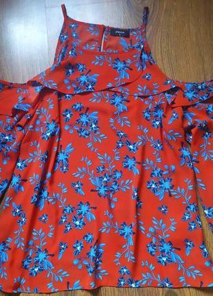 Красная блуза в цветы с открытыми плечами