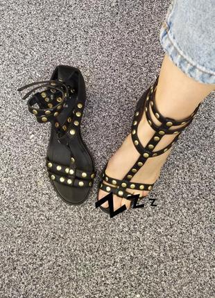 Босоножки с заклёпками на небольшом каблуке