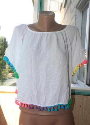 Белая футболка с яркими бубончиками в бохо этно стиле