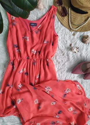 Яркое легкое платье в цветочек с асимметричным подолом