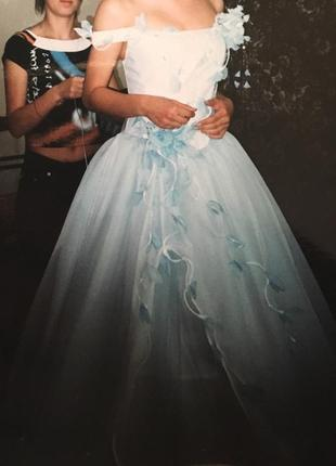 Нежное бело-голубое свадебное платье
