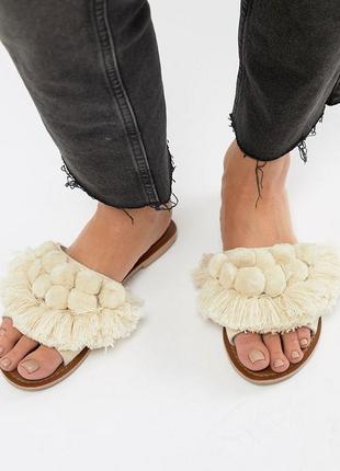 Шлепки шлепанцы сандалии с помпонами boohoo