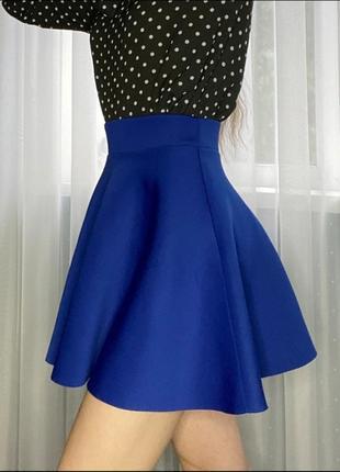 Яркая синяя короткая юбка