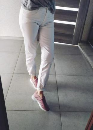 Белые брюки джинсы мом джинсы прямые