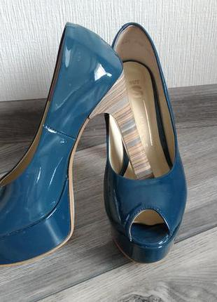 Лаковані туфлі