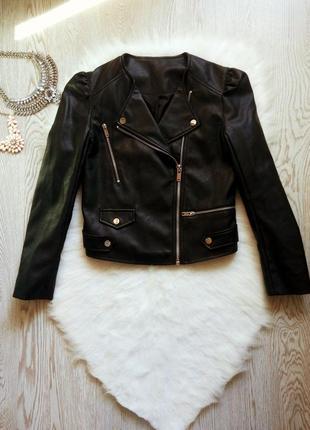 Черная короткая куртка кожанка косуха с карманами и поясом рукава фонарики обьемные