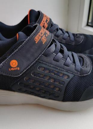 Оригинальные кроссовки с мигалками.