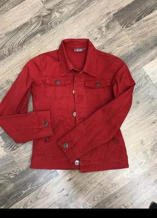 Червона джинсова куртка