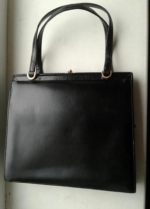 Маленькая черная сумка-клатч, театральная.