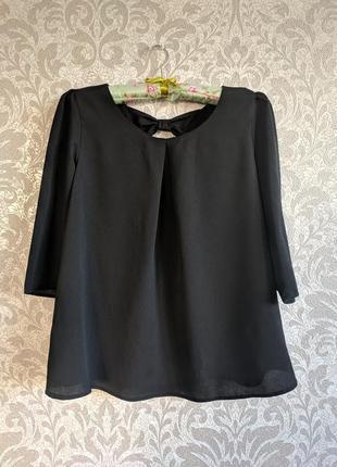 Блузка с вырезом и бантиком на спинке