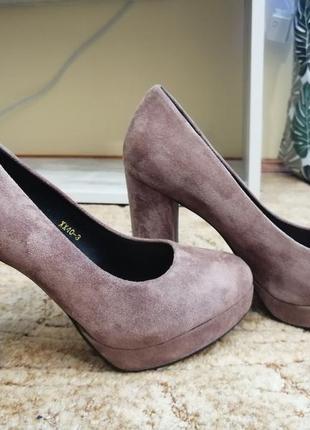 Бежевые замшевые туфли на устойчивом каблуке
