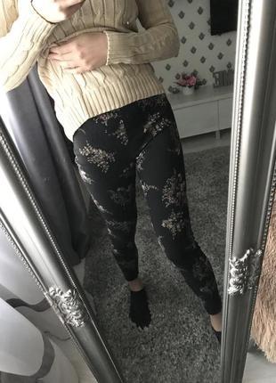 Чорні штани квітковий принт