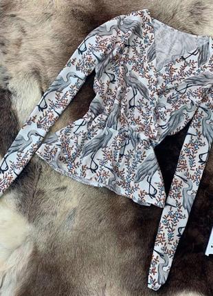 Женская кофта блузка с баской с птицами серая с белым легкая