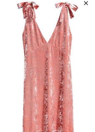 Розовое велюровое платье на бретелях с бантиками в бельевом стиле