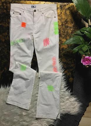 Потрясающие белоснежные джинсы с неоновой вышивкой