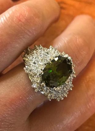 Серебряное кольцо с прекрасным зеленым хризолитом в 13 карат
