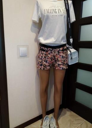 Отличные стильные мини шорты с цветочным принтом и кожей