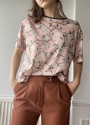 Розовая футболка с цветочным принтом