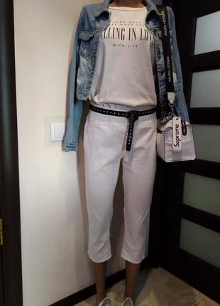 Белые укороченные джинсы скинни