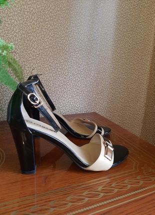 Шикарные лаковые босоножки на высоком каблуке