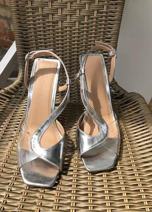 Туфли с квадратным носком прозрачные с ремешком металлик серебро на каблуке босоножки
