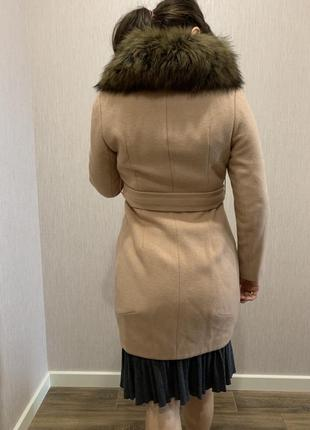 Женское пальто с воротником енота