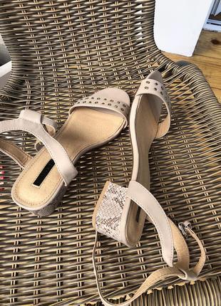 Босоножки на квадрантом каблуке змеиный принт нюдовые с ремешком сандалии