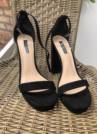 Босоножки замшевые чёрные на тонком ремешке туфли классика