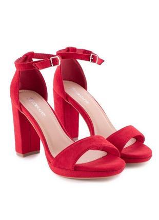 Красные летние замшевые босоножки на толстом каблуке