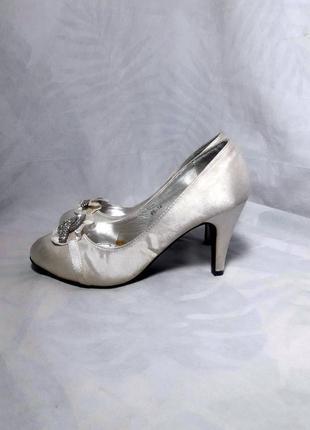 Шелковые туфли лодочки с брошью в камнях