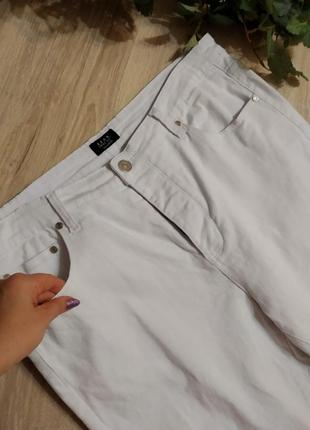 Стильные базовые брэндовые белые джинсы брюки