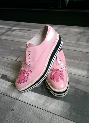 Женские брендовые кожаные туфли prada.