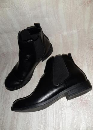 Чёрные деми ботиночки челси с резинками вставками на низком ходу