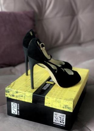 Замшевые босоножки на каблуке1 фото