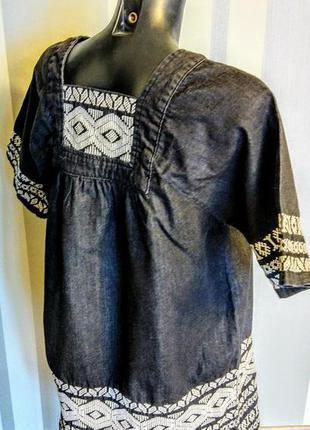 Джинсовое черное платье с вышитым орнаментом из 100% коттона.